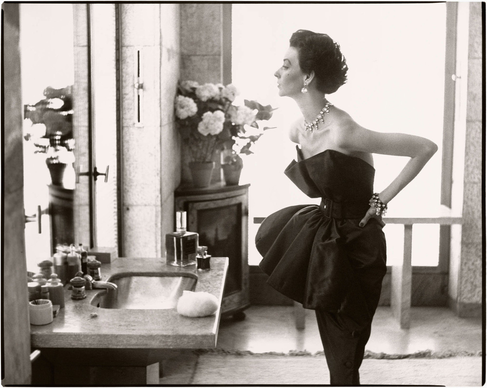 Dorian-Leigh-Evening-dress-by-Piguet-Helena-Rubensteins-apartment-Île-St.-Louis-Paris-August-1949